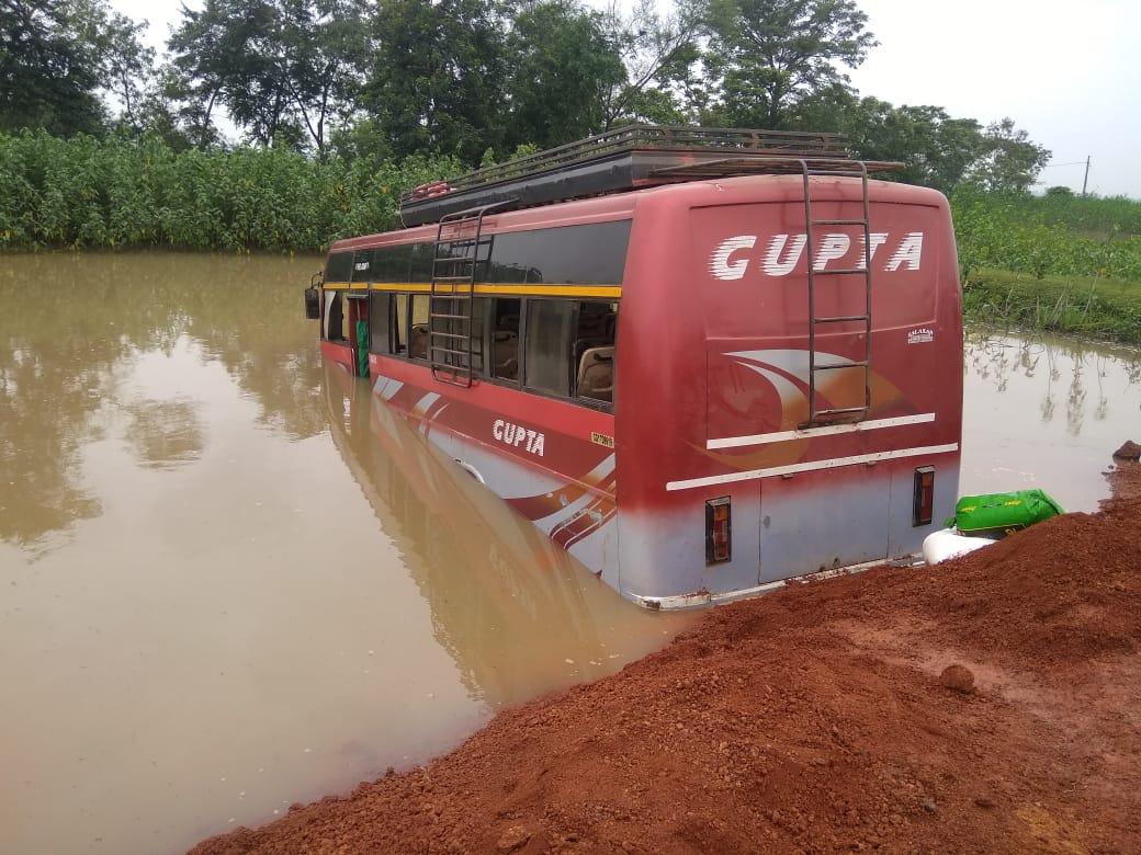 Accident: यात्री बस तालाब में घुसी, दो घायल, एक गंभीर